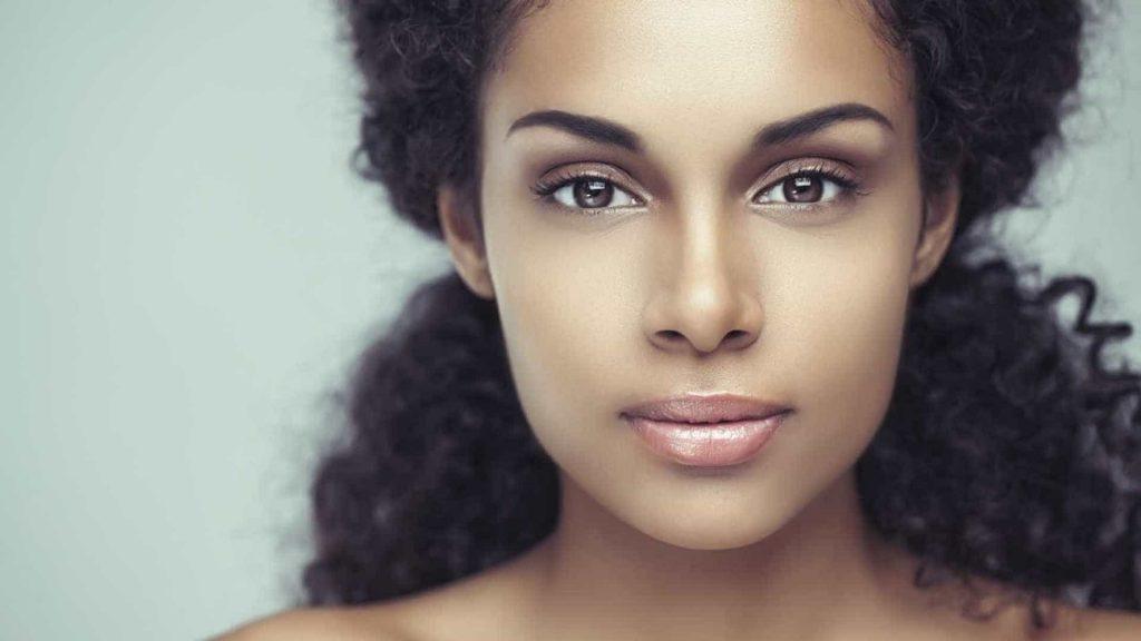 mulher com a pele saudável